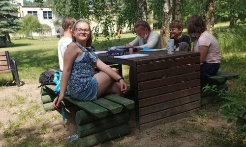 uczniowie klasy 5 podczas lekcji plastyki na dworze