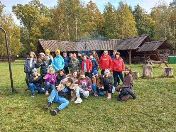 zdjęcie uczniów z wycieczki do leśniczówki