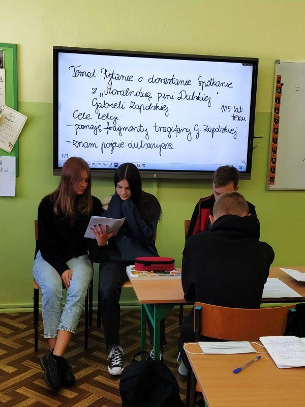 zdjęcie dzieci czytających fragmenty tekstu